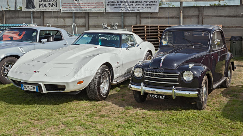 Weinleseautos Fiat 500 Topolino und Chevrolet Corvette C3 stockbild