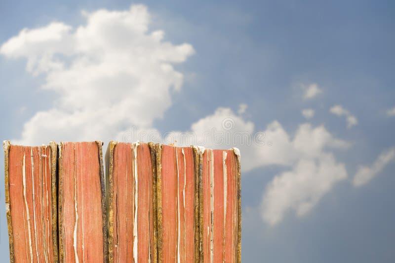 Weinlesebücher mit Wolken und Himmel stockfoto