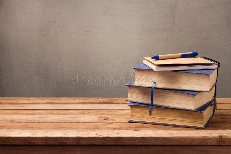 Weinlesebücher und -notizbuch auf Holztisch stockbilder