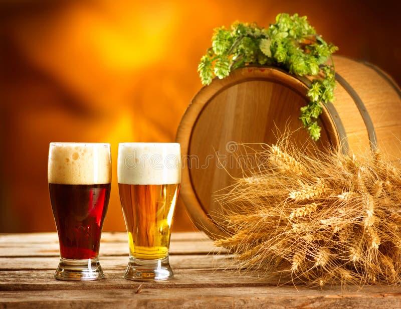 Weinlesebierfaß und zwei Gläser Brauenkonzept stockfotos