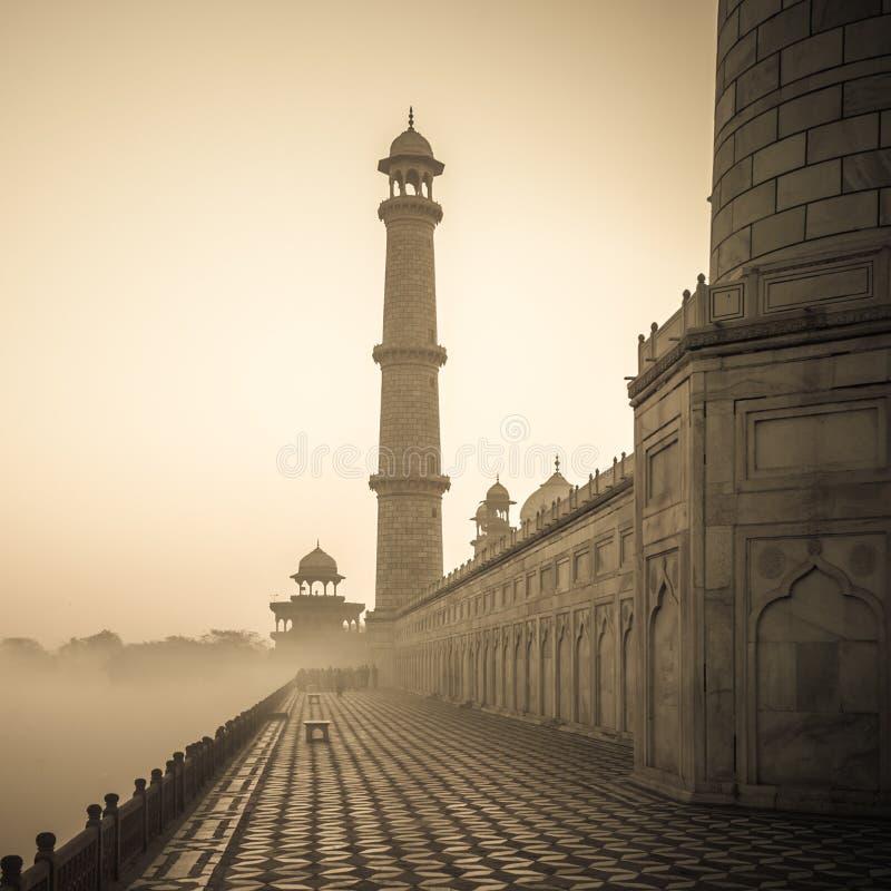 Weinlesebild von Taj Mahal bei Sonnenaufgang, Agra, Indien stockfotos