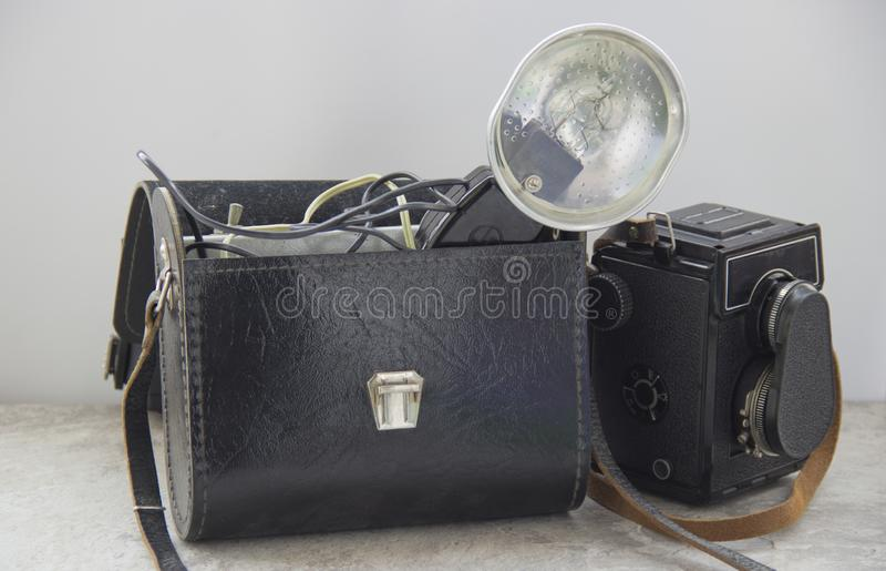 Weinleseblitz und -kamera auf dem Tisch Aufschrift: Seemöwe lizenzfreie stockfotos