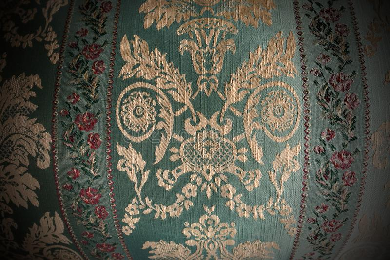 Weinleseblumengewebe - alter Stuhl der Vergangenheit stockfoto