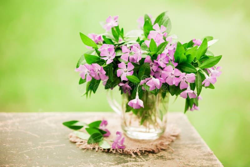 Weinleseblumenstrauß von Singrünblumen stockfotos