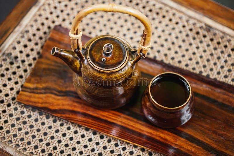 Weinlesebraun eco Teesatz auf hölzernem Hintergrund stockbilder