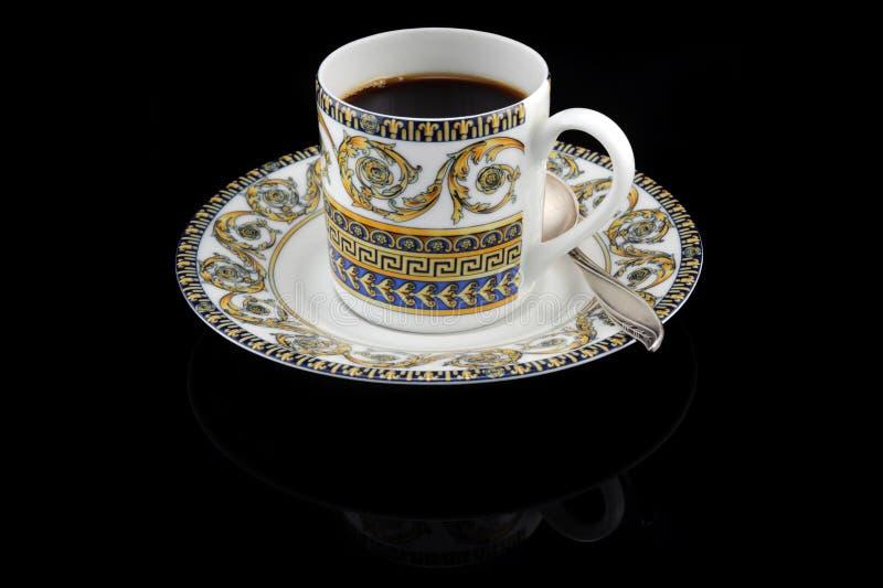 Weinlesecup Espresso auf Schwarzem stockfoto