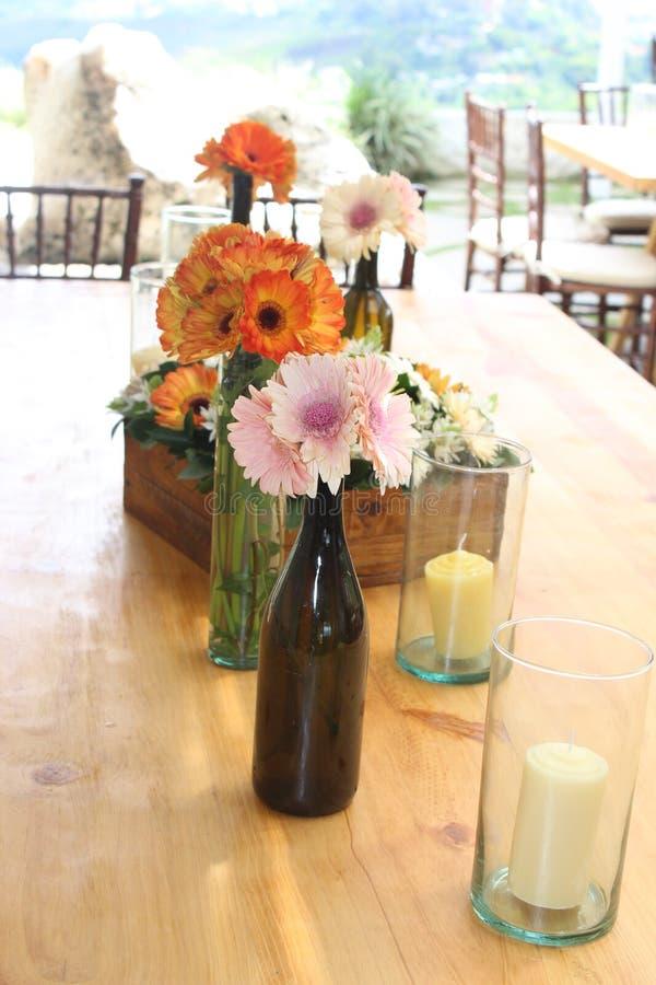 Weinlesedekoration für eine Tabelle mit Flaschen stockfotografie