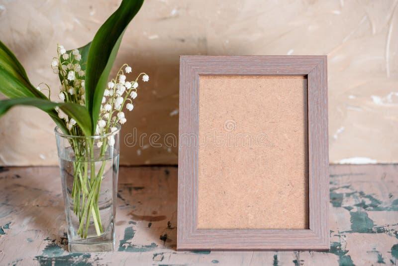 Weinleseeffekt auf Fotoblumenstrauß von Maiglöckchen und Raum simsen lizenzfreie stockfotos