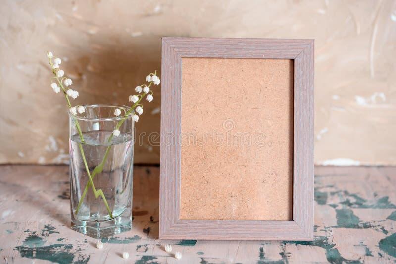 Weinleseeffekt auf Fotoblumenstrauß von Maiglöckchen und Raum simsen lizenzfreies stockbild