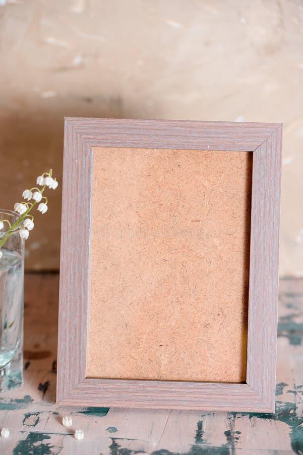 Weinleseeffekt auf Fotoblumenstrauß von Maiglöckchen und Raum simsen stockfotos