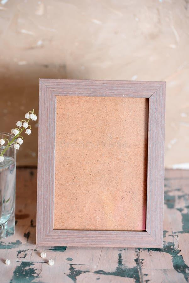 Weinleseeffekt auf Fotoblumenstrauß von Maiglöckchen und Raum simsen lizenzfreie stockfotografie