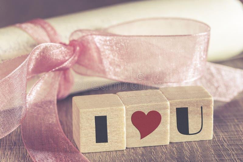 Weinleseeinladung mit rosa Band und ich liebe dich Mitteilung stockbilder