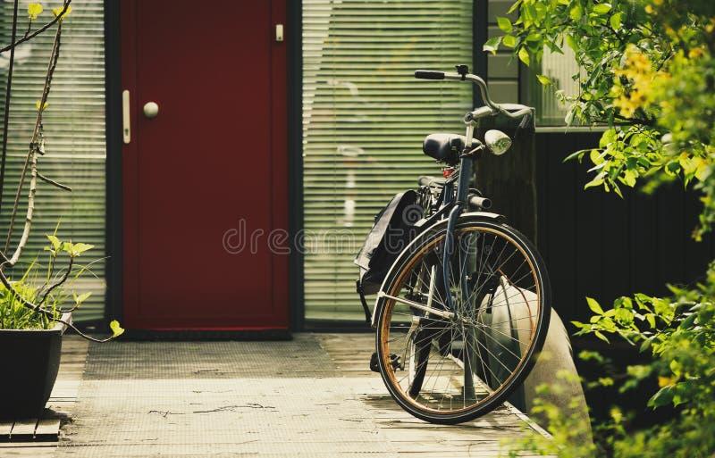 Weinlesefahrrad in Amsterdam Retro- Fahrrad in den Niederlanden lizenzfreie stockfotos