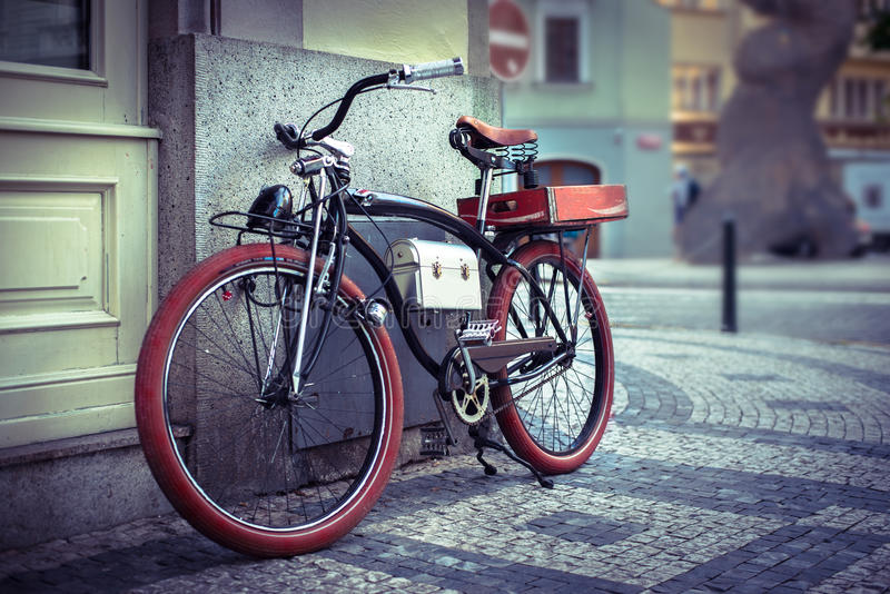 Weinlesefahrrad an der Stadt lizenzfreie stockfotos