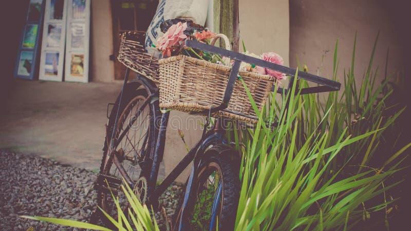 Weinlesefahrrad mit Korb