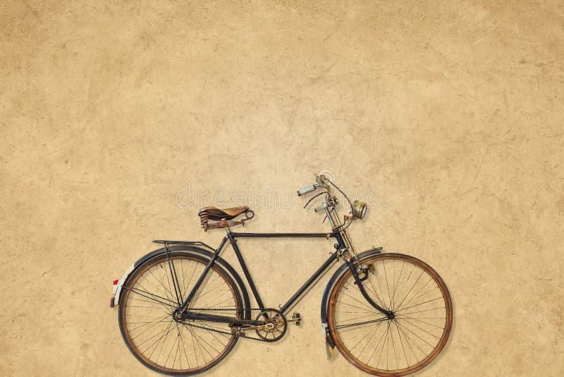 Weinlesefahrrad vor einem Sepiahintergrund stockfotos