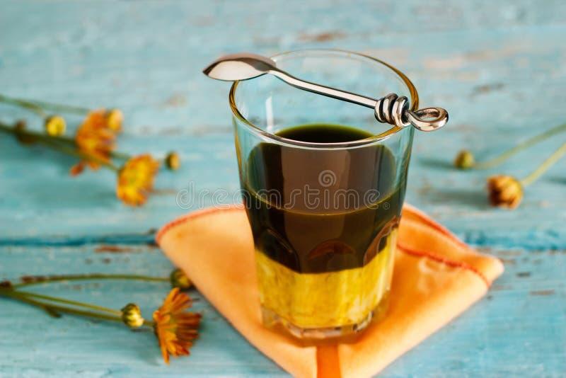 Weinlesefarbtonart von Latte grüner Tee des Bestandteiles überlagert auf hölzernem Hintergrund stockfoto