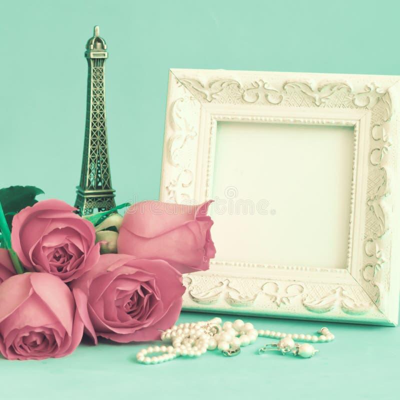 Weinlesefeld und -rosen stockfotos