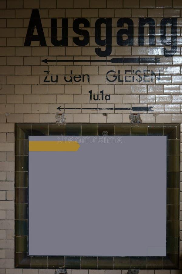 Weinlesefliesen-Stationstunnel stockbild