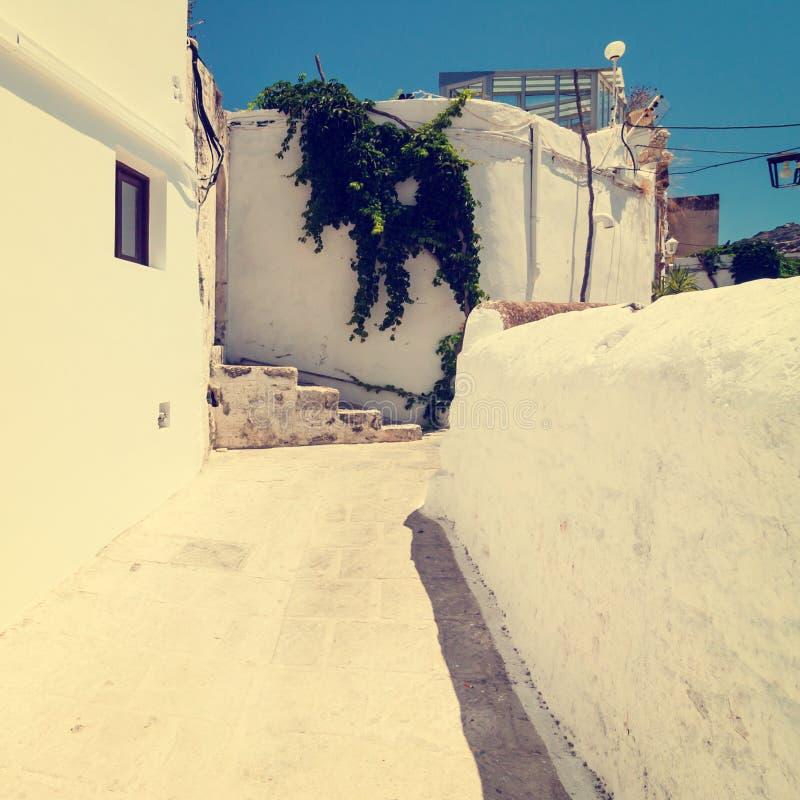 Weinlesefoto der schmalen Straße in Lindos stockbilder