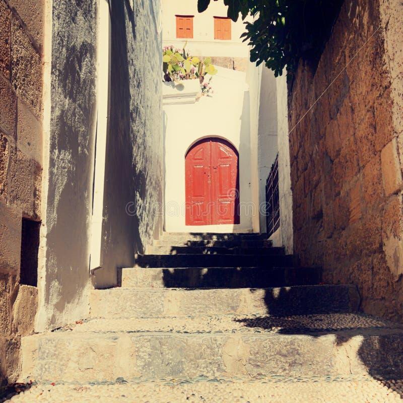 Weinlesefoto der schmalen Straße in Lindos stockfotos