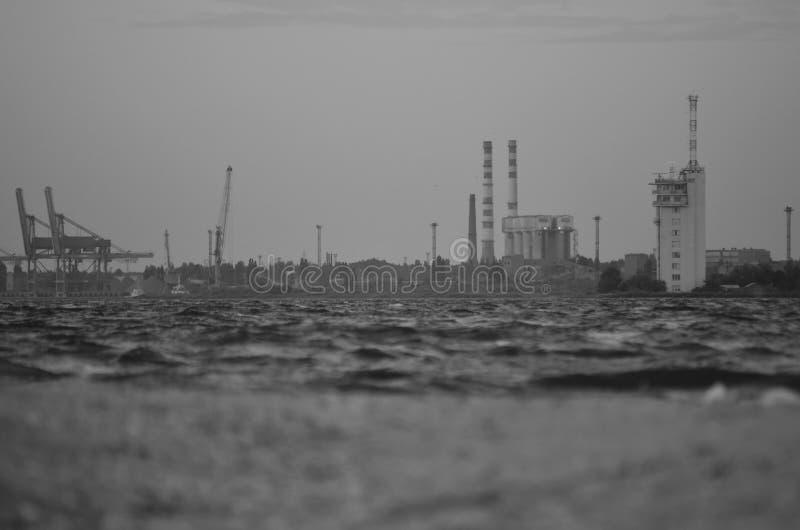 Weinlesefoto des Hafens und Anlage auf dem Ufer Ansicht vom Wasser zum Ufer einfarbig lizenzfreie stockfotos