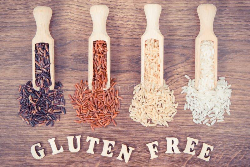 Weinlesefoto, des Rotes, Braunen und weißen Reis des Schwarzen, auf hölzerner Schaufel auf rustikalem Brett, gesundes Lebensmitte stockfoto