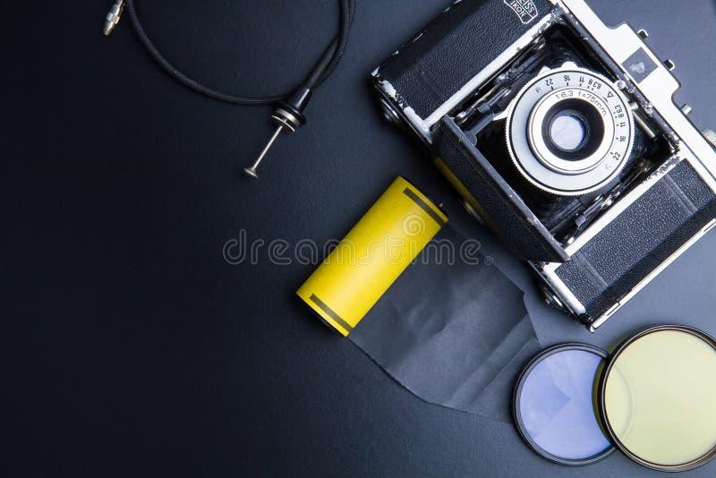 Weinlesefoto-Kamerafilm mit Linse und Foto-Ausrüstung O lizenzfreie stockbilder