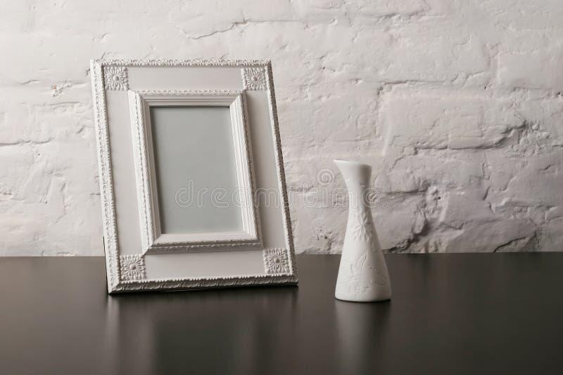 Weinlesefotoframe und -vase lizenzfreies stockfoto