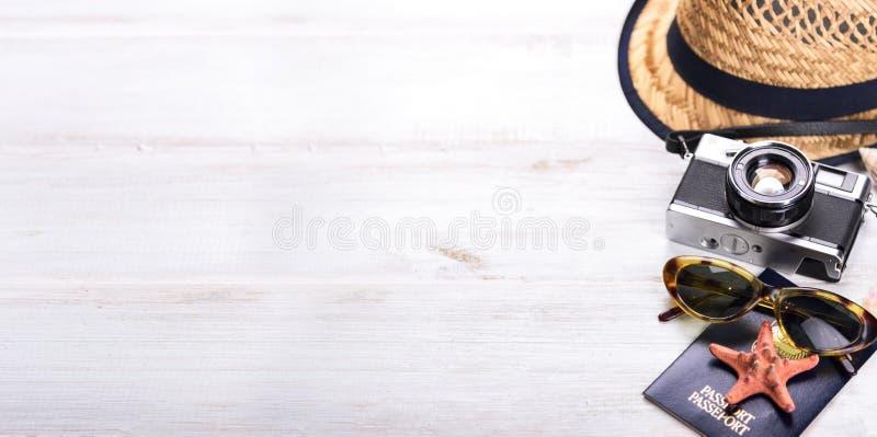 Weinlesefotokamera, Pass und Sonnenbrillegrenze auf h?lzernem wei?em Hintergrund von oben stockbilder