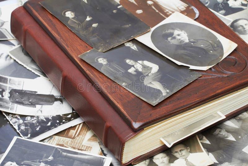 Weinlesefotos mit Familien-Album stockfoto