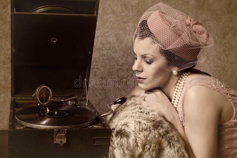 Weinlesefrau und alte Musik lizenzfreie stockbilder