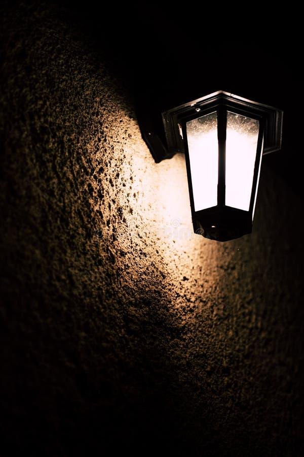 Weinlesefreien-Wandlampe nachts stockbilder
