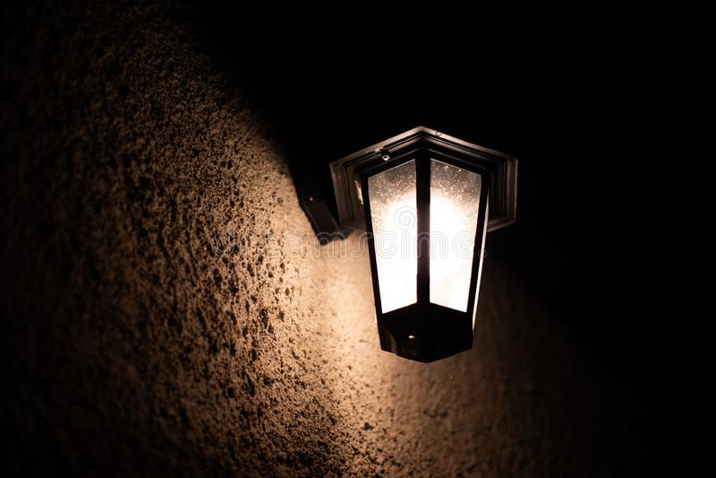 Weinlesefreien-Wandlampe nachts lizenzfreie stockbilder