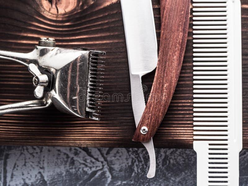 Weinlesefriseurwerkzeuge mit geradem Rasiermesser stockfoto