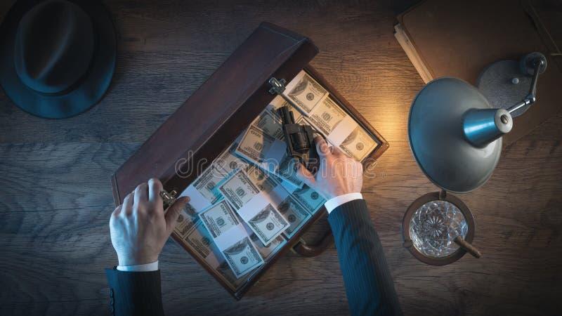 Weinlesegangster mit Gewehr und Dollar stockfotos