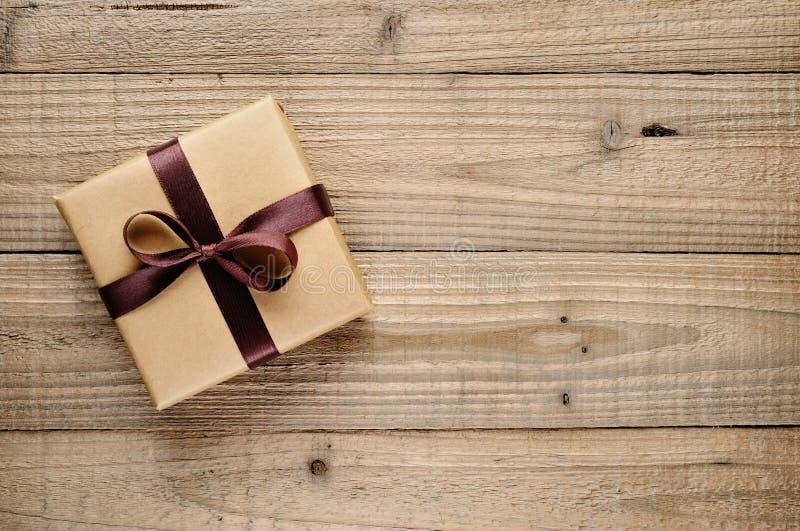 Weinlesegeschenkbox mit Bogen stockbild