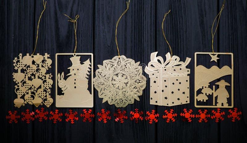 Weinlesegoldspielt flacher Weihnachtsbaum mit roten Sternen auf hölzernem Hintergrund stockfotos