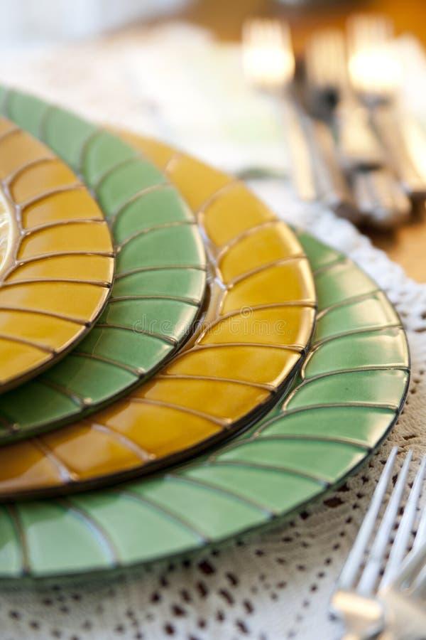 Weinlesegrün und Goldfranzosen Dishware lizenzfreies stockbild