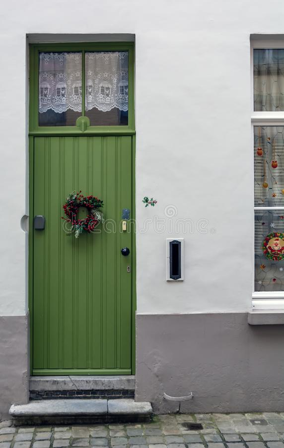 Weinlesegrünhaustür verziert mit Weihnachtskranz lizenzfreies stockfoto