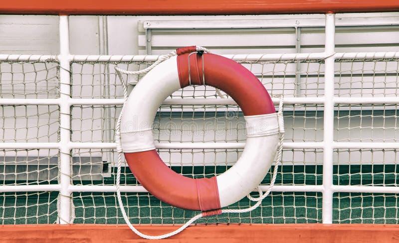 Weinlesehintergrund mit Rettungskreis auf Boot Rettungsring wird an einem Schiff angebracht lizenzfreies stockbild