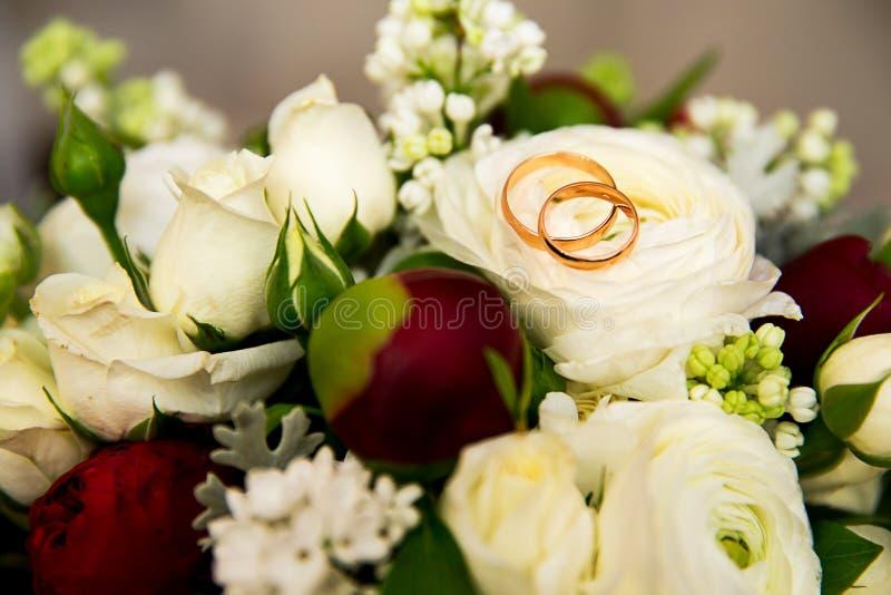 Weinlesehochzeitsblumenstrauß mit Ringen lizenzfreies stockfoto