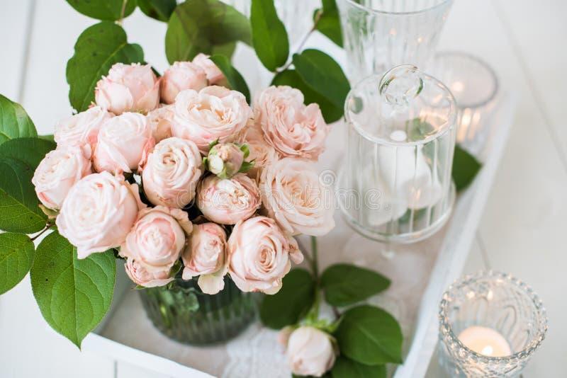 Weinlesehochzeitstafeldekorationen mit Rosen, Kerzen Tischbesteck stockbild
