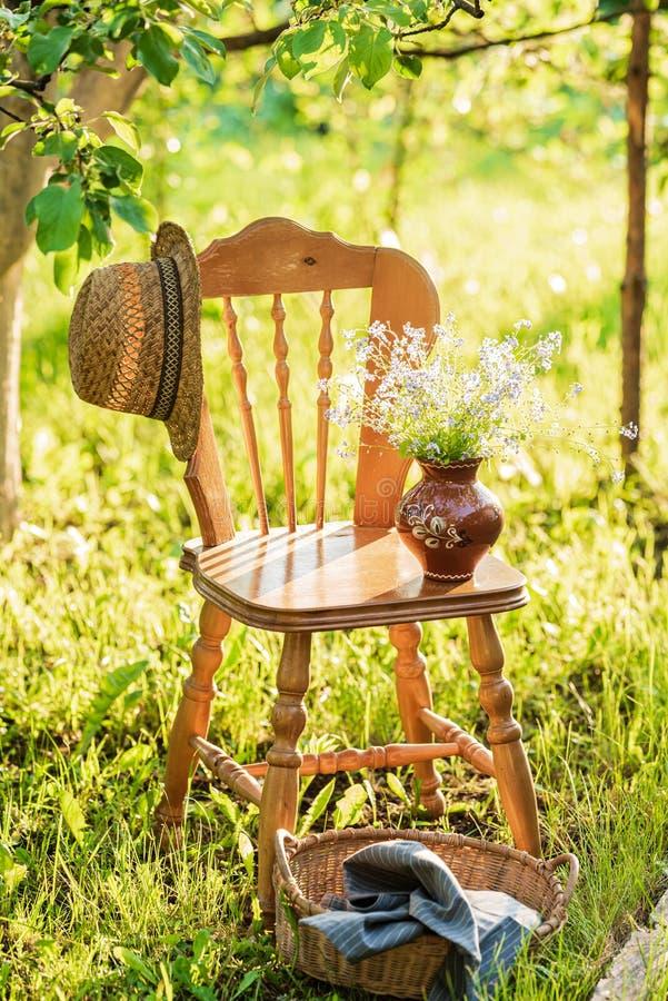 Weinleseholzstuhl im Garten stockbilder