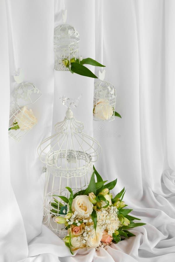 Weinlesekäfige mit Blumen als Dekoration stockbilder