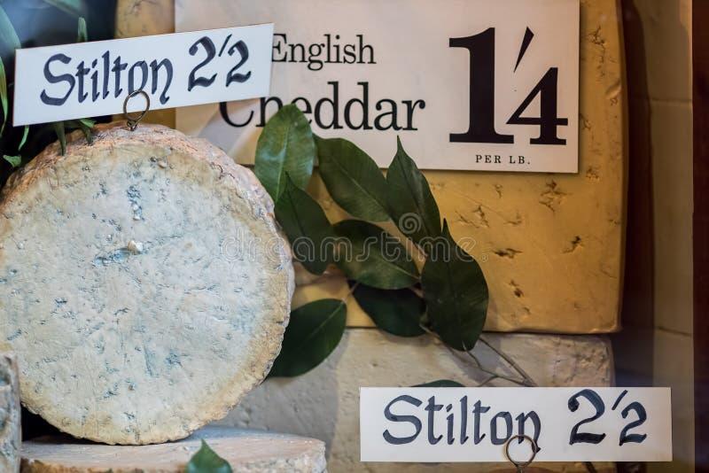 Weinlesekäse-Shopmodell Altes englisches stilton und Cheddarkäse DIS lizenzfreies stockbild
