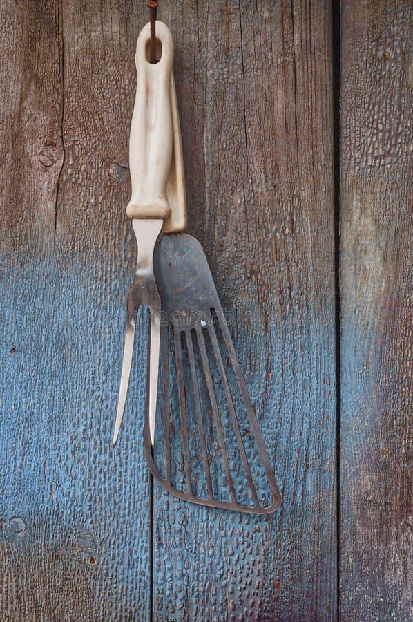 Weinlesekücheneinzelteile, die an einem Nagel hängen stockbild