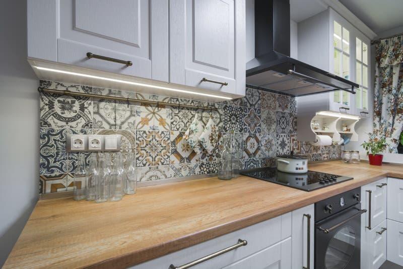 Weinlesekücheneinzelteile, Verzierungen und Küchendetails in der klassischen Art stockfotografie