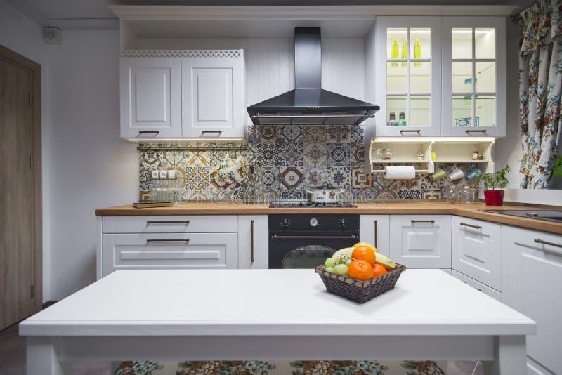 Weinlesekücheneinzelteile, Verzierungen und Küchendetails in der klassischen Art stockfotos