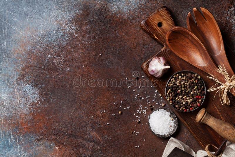Weinleseküchengeräte und -gewürze lizenzfreie stockfotos